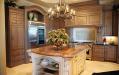 Кухня с островом со столешницей из натурального камня