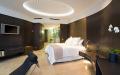 Спальня с деревянными стеновыми панелями