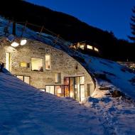 Дом в расщелине