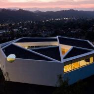 Здание со сложной крышей
