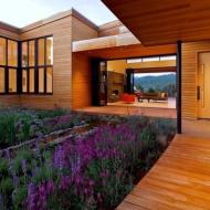 Современный деревянный дом в духе конструктивизма
