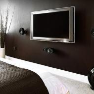 Телевизор на коричневой стене