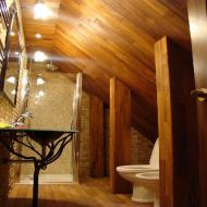 Отделка тиком потолка туалетной комнаты в мансарде