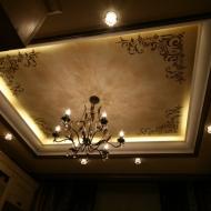 Декорирование потолка в классическом стиле, при помощи трафарета