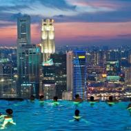 Отель в Сингапуре Marinа Bay Sands - бассейн для отдыхающих ночью