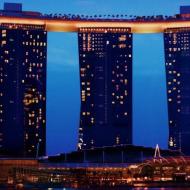 Отель в Сингапуре Marinа Bay Sands - исполинская гондола над тремя зданиями