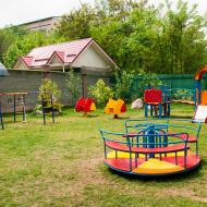 Детская площадка с навесом над песочницей