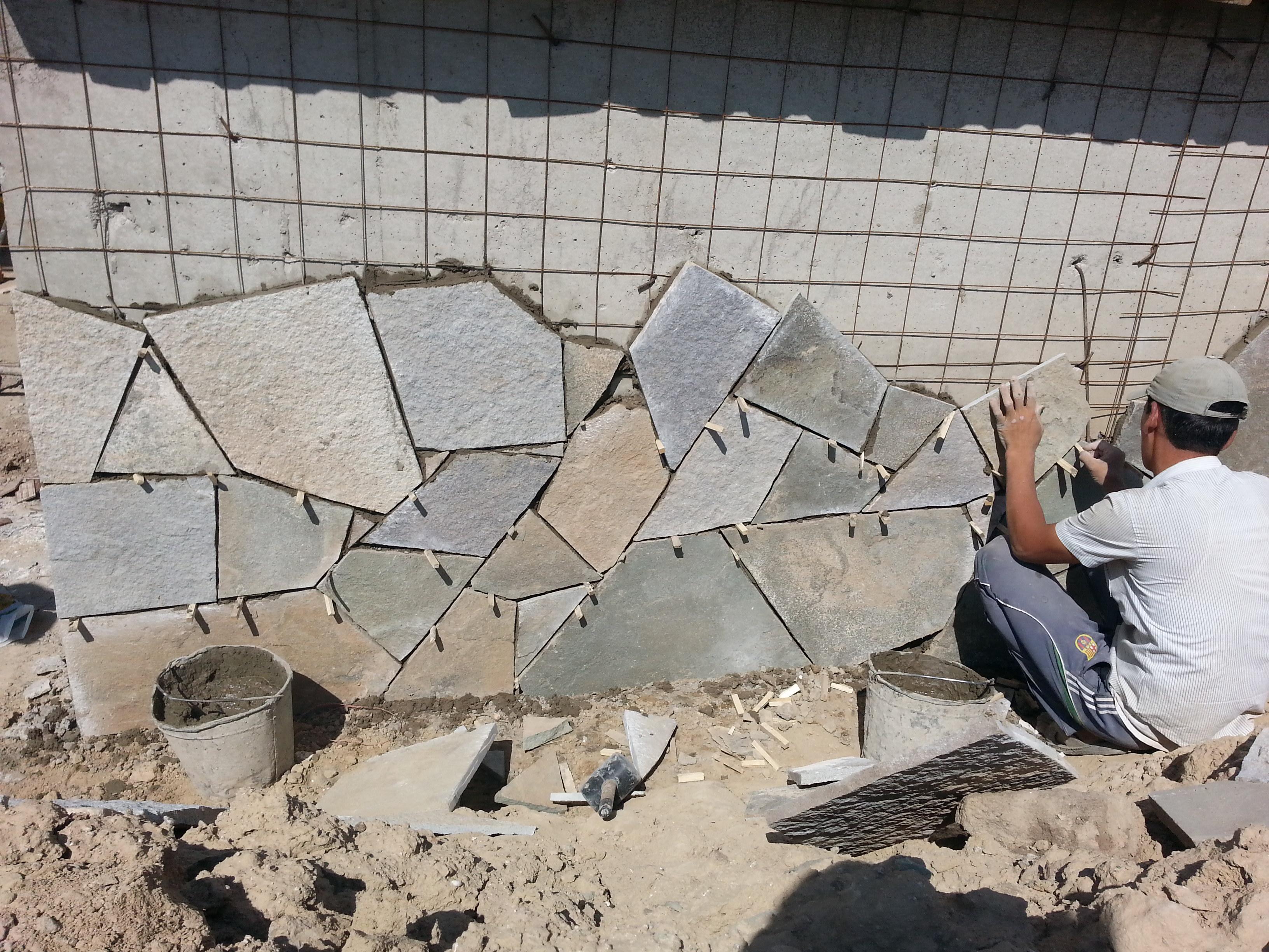 Укладка камня плитняка на стену