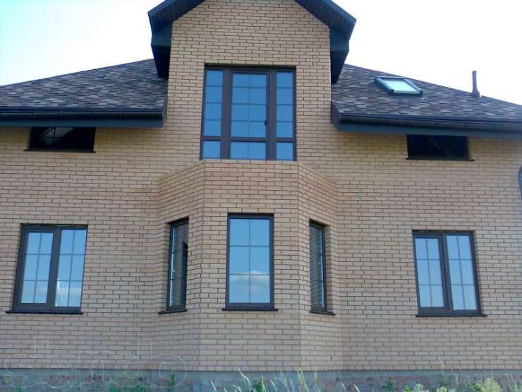 Дома с коричневыми окнами фото