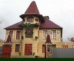 Отделка фасада дома из мраморной