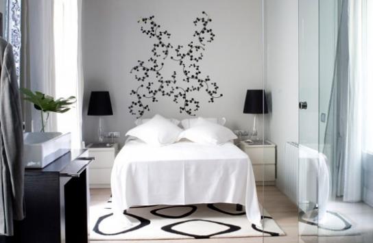 Белая спальня и немного черного...