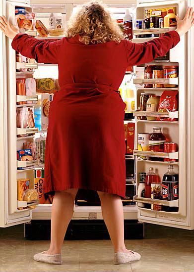 Картинка девушка ночью холодильник